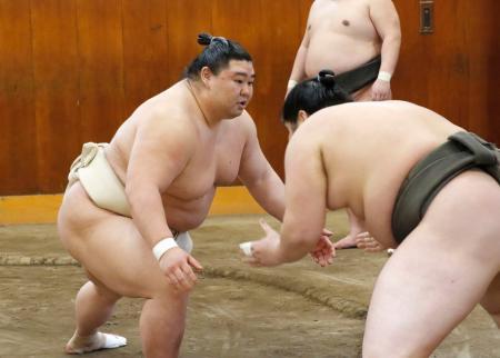 ぶつかり稽古で胸を出す正代(左)=東京都墨田区の時津風部屋(日本相撲協会提供)