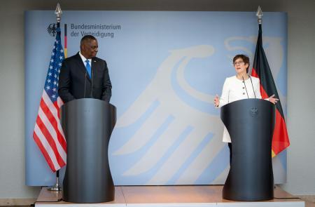 13日、ベルリンで記者会見するオースティン米国防長官(左)とドイツのクランプカレンバウアー国防相(ロイター=共同)