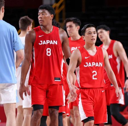 アルゼンチンに敗れ、さえない表情を見せる八村(8)と富樫(2)。日本は1次リーグ敗退が決まった=さいたまスーパーアリーナ
