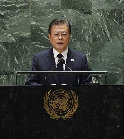 国連総会で演説し、朝鮮戦争の終戦宣言締結を提案する韓国の文在寅大統領=21日、ニューヨーク(聯合=共同)