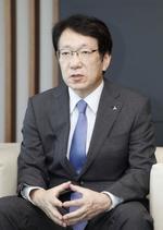 インタビューに応じる三菱自動車の加藤隆雄CEO
