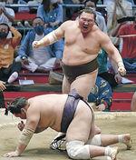 7月、大相撲名古屋場所千秋楽、照ノ富士を下し、45度目の優勝を果たした白鵬=名古屋市のドルフィンズアリーナ