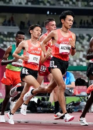 男子1万メートル 力走する相沢晃(手前右)と伊藤達彦(同左)=国立競技場