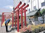 改修される武蔵稲荷神社=金沢エムザ