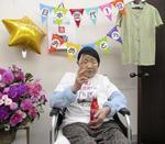 2020年9月18日、117歳260日となり国内での歴代最高齢の記録に並び、好物のコーラを手にポーズをとる田中カ子さん=福岡市(家族提供)