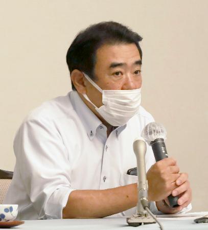 記者会見でクラウドファンディングの開始を発表する馬場啓弁護士=27日午後、熊本市中央区