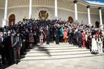 5日、ベネズエラ首都カラカスにある国会前で写真撮影に応じる議員ら(ゲッティ=共同)