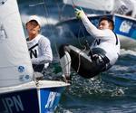 男子470級 メダルレースに出場した岡田奎樹(左)、外薗潤平組。総合7位だった=江の島ヨットハーバー沖