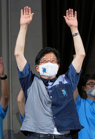 静岡県知事選で4選を決め、万歳する川勝平太氏=20日夜、静岡市