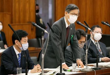 参院内閣委の閉会中審査で答弁する新型コロナウイルス感染症対策分科会の尾身茂会長。左は西村経済再生相=14日午前