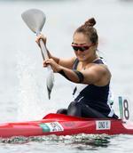 女子カヤックシングル200メートル準々決勝 ゴール前で力強くこぐ小野祐佳=海の森水上競技場