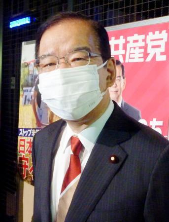 記者団の質問に答える共産党の志位委員長=19日午後、仙台市