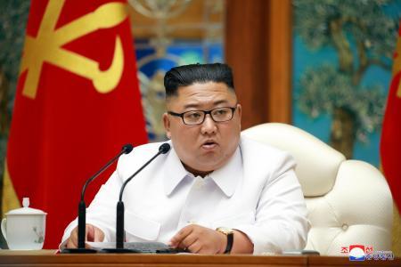 25日、北朝鮮・平壌で、朝鮮労働党の政治局非常拡大会議に出席した金正恩党委員長(朝鮮中央通信=共同)