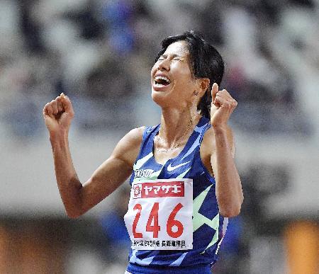 昨年12月の陸上日本選手権長距離種目女子1万メートルで日本記録を大幅に塗り替えて優勝し、喜ぶ新谷仁美=ヤンマースタジアム長居
