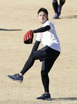 新人合同練習でキャッチボールする日本ハムの伊藤=千葉県鎌ケ谷市