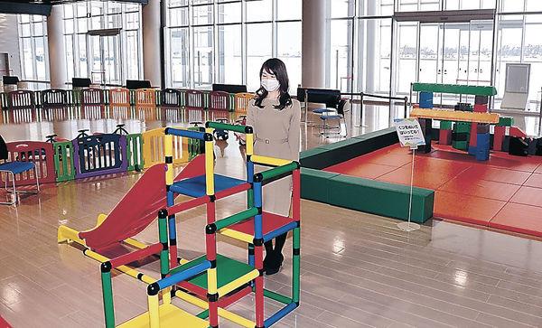 広場に置かれた遊具=金沢港クルーズターミナル