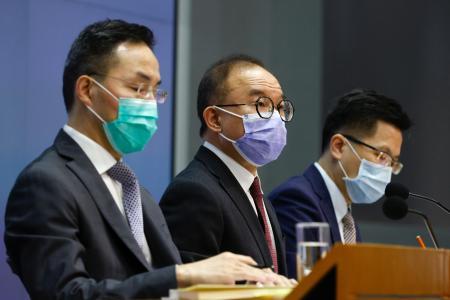 23日、香港で記者会見し、香港への忠誠宣誓を義務付ける新条例案について説明する香港政府当局者(ロイター=共同)