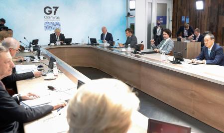 G7サミットで3日目の討議に臨む菅首相(右端)ら各国首脳。奥左は議長国のジョンソン英首相=13日、英コーンウォール(ロイター=共同)