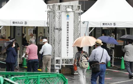 新型コロナウイルスワクチン大規模接種センターの東京会場に向かう人たち=14日午前、東京・大手町