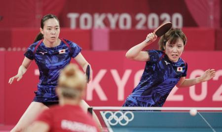 女子団体1回戦 ハンガリー戦の第1試合でプレーする石川佳純(左)、平野美宇組=東京体育館