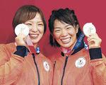 姉妹で金メダルを獲得し、笑顔を見せる姉の川井梨紗子(右)と妹の友香子=千葉・幕張メッセ