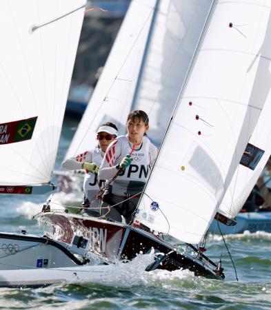 女子470級 メダルレースで艇を操る吉田愛(左)、吉岡美帆組=江の島ヨットハーバー沖