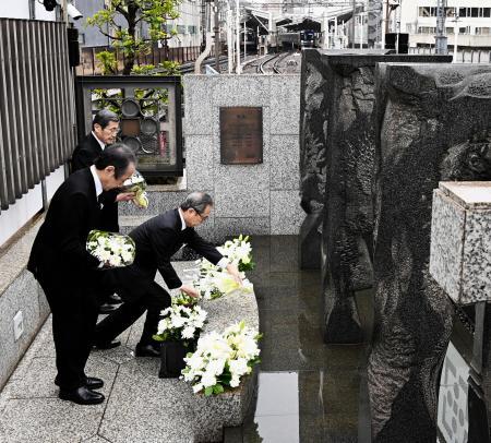 日比谷線の脱線事故から21年となり、慰霊碑に献花する東京メトロの山村明義社長(右)ら=8日午前、東京都目黒区(代表撮影)