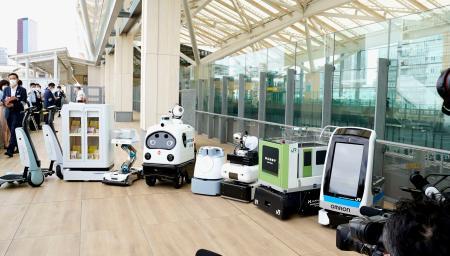 JR東日本が高輪ゲートウェイ駅で実証実験を進める、最新鋭ロボット=27日午前、東京都港区