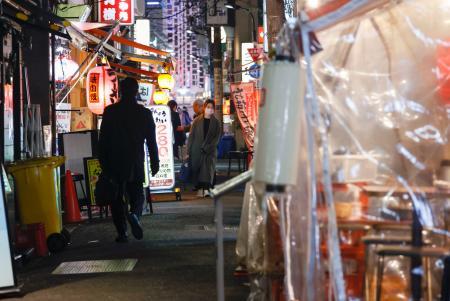 閑散とする東京・新橋の飲食店街=5日夜
