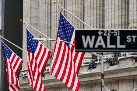 ニューヨーク証券取引所の外に掲げられた米国旗=2月(AP=共同)