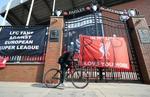 リバプールの本拠地アンフィールドに掲げられた欧州スーパーリーグへの参加に抗議する横断幕=20日(AP=共同)