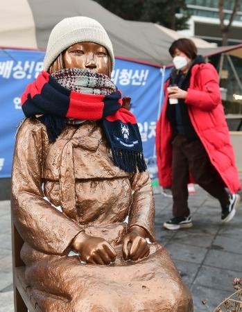 ソウルの日本大使館前に設置された従軍慰安婦の被害を象徴する少女像=8日(共同)