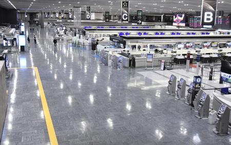 昨年12月28日、外国人の新規入国が原則停止となり、国際線出発ロビーも閑散とする成田空港