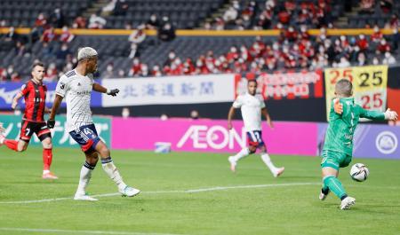 札幌―横浜M 後半、同点ゴールを決める横浜M・オナイウ(手前左)。GK菅野=札幌ドーム