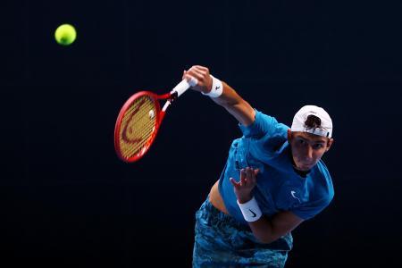 シンガポール・オープン決勝のアレクサンドル・ブブリク戦でサーブを放つアレクセイ・ポピリン=28日、シンガポール(ゲッティ=共同)