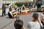 ホストタウンの大阪府泉佐野市に到着し、記念写真に納まる東京五輪のウガンダ代表選手団=20日午前