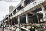 ガス爆発で壊れた建物=13日、中国湖北省十堰市張湾区(新華社=共同)
