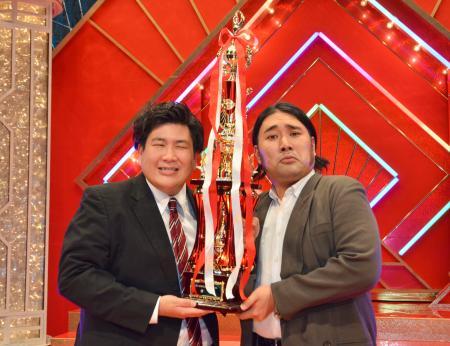 第51回NHK上方漫才コンテストで優勝したビスケットブラザーズのきんさん(左)と原田泰雅さん=8月、大阪市中央区のNHK大阪ホール