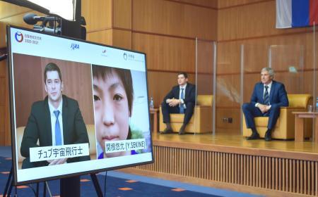 16日、在ロシア日本大使館が開催したオンラインイベントで、参加者の質問を受けるロシアの宇宙飛行士ら=モスクワ(共同)