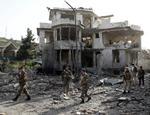 4日、アフガニスタン首都カブールで、爆発現場を巡視する治安部隊(ロイター=共同)