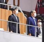 東京五輪で開会を宣言された天皇陛下。右は菅首相=23日夜、国立競技場