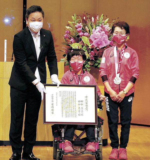 小松市市民栄誉賞を受けた田中選手(中央)と孝子さん(右)。左は宮橋市長=16日午前11時18分、同市の石川県こまつ芸術劇場うらら