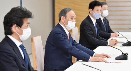 1都3県の知事との会談に臨む(左から)田村厚労相、菅首相、西村経済再生相=12日午後、首相官邸