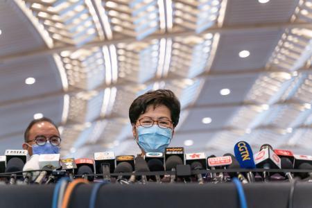 香港のコンベンションセンターで記者会見する林鄭月娥行政長官=19日(ゲッティ=共同)