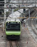 渋谷駅付近を走行するJR山手線=東京都渋谷区