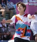 カラフルなTシャツを着たスケートボードの堀米雄斗選手=25日、有明アーバンスポーツパーク