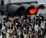 大阪・梅田をマスク姿で歩く人たち=16日午後