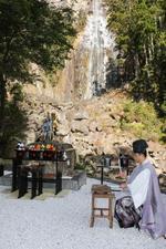 那智の滝前に祭壇が設けられ魔をはらう神職=8日、和歌山県那智勝浦町