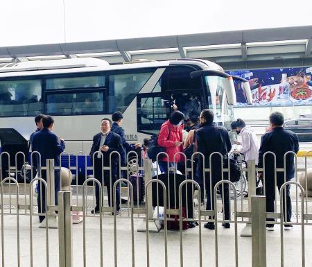 12日、中国・上海の鉄道駅に到着した北朝鮮の外交官キム・ユソン氏(左から3人目)ら(共同)
