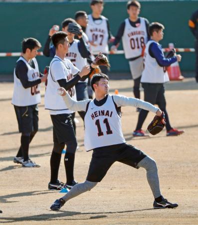 巨人の新人合同練習でキャッチボールをする平内(手前)=川崎市のジャイアンツ球場
